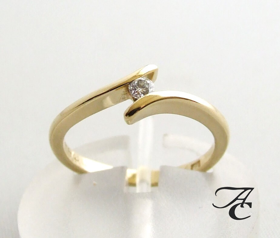 Afbeelding van Atelier Christian 14 karaat gouden ring met centrale diamant geel goud
