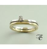 Atelier Christian Wit- en ring met solitair briljant geslepen diamant geel goud